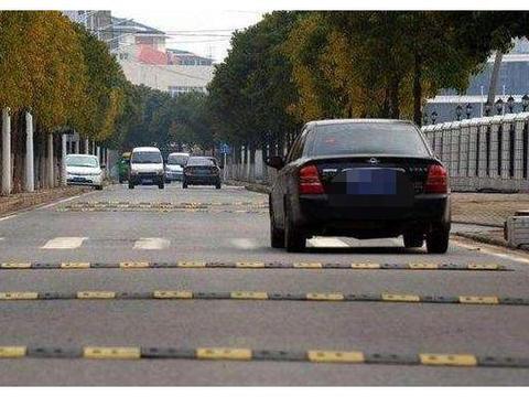"""广东一条""""百米减速带"""",车主却苦不堪言:没法开车"""