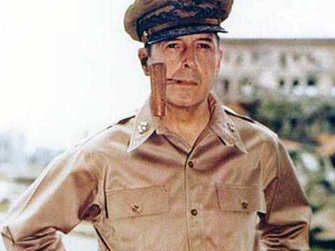 麦克阿瑟在朝鲜一战中为何被撤总司令职务?他对中国的提议太疯狂