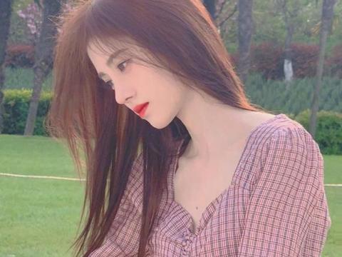 名门泽佳:鞠婧祎新发色效果显白,露脐装配白色长裤大秀好身材