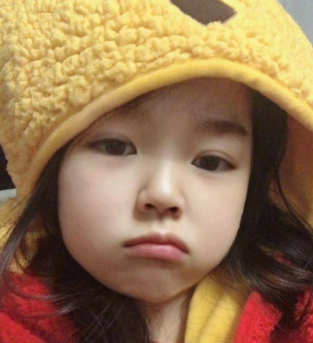 沫子曝光自己三岁时照片,小时候就是美人胚子