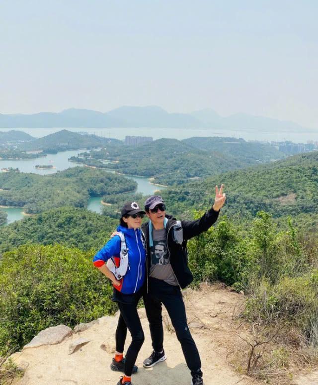 刘嘉玲约好友爬山,各种搞怪pose出镜,开心的像小朋友春游