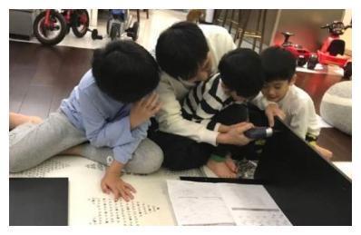 林志颖带三个儿子组装鞋柜,孩子们分工合作,场面十分温馨
