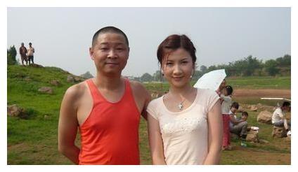 """49岁的""""三德子"""",娶小15岁名模为妻,回深山养鸡,如今身价过亿"""