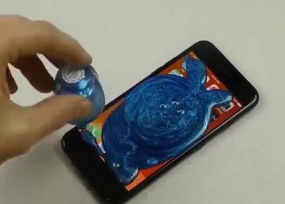 男子将整瓶指甲油倒在苹果手机上,晾干开机后的结果让人意外