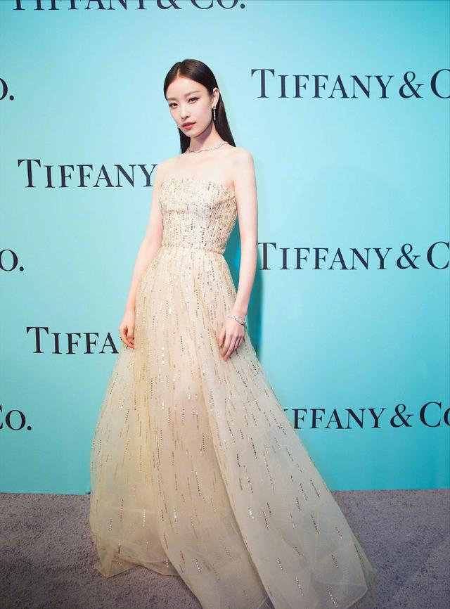 倪妮穿1万4的透视裙够吸睛了,直到看见手,网友:自己拍大片