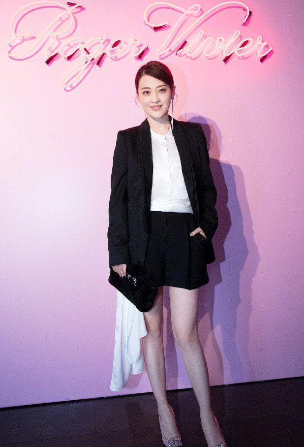 梅婷想低调都难,简单穿白上衣配黑色九分裤,就这么好高级感