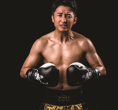 她是中国拳王背后的女人,穿着大胆惹争议,但依旧深受拳王爱护