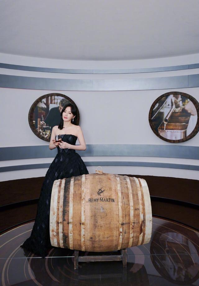 同是丝绒红裙,刘亦菲一字肩优雅知性,鞠婧祎薄纱拼接甜美少女