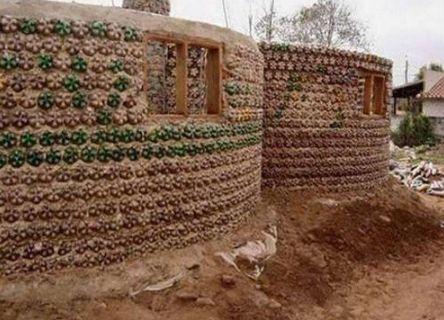 小伙用塑料水瓶造房子被人嘲笑,当他造出来后,嘲笑他的人闭嘴了