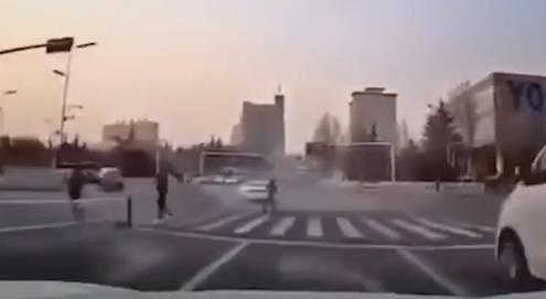 女子跑步闯红灯逼停车辆:有本事撞死我