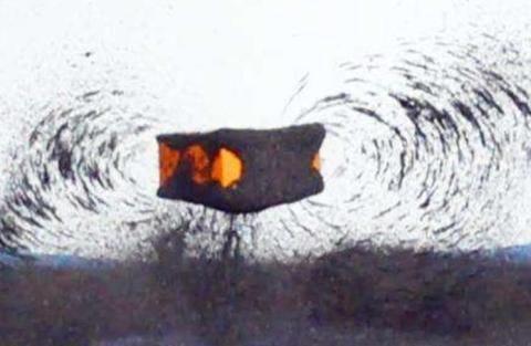 巴掌大的钕磁铁威力有多强?科学家用苹果做实验,来看看结果