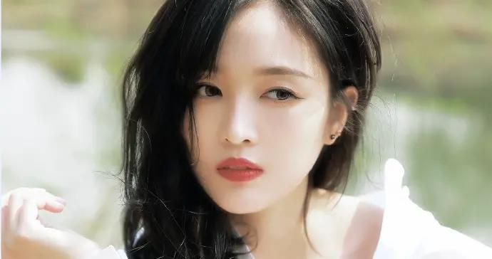吴宣仪踏春画面唯美 穿白衬衫裙优雅迷人