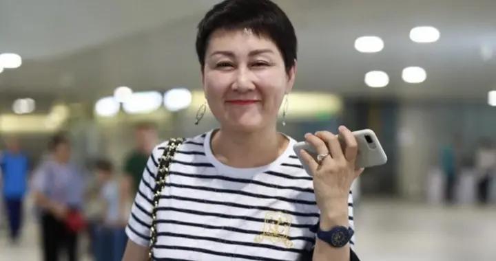 张凯丽真有57岁?穿条纹T恤配牛仔短裤走机场,头发越短越减龄