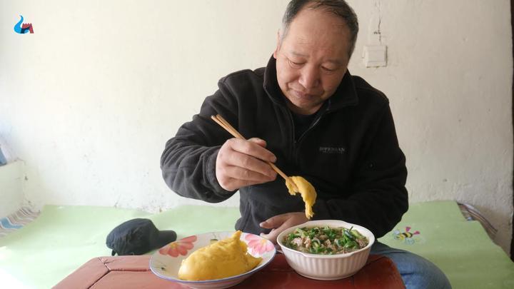 网友们说老单不会吃糕,他又吃糕了这回他学着阳原蔚县人吃,像吗