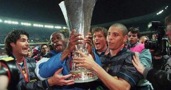 罗纳尔多和FIFA主席回忆钟摆过人!米兰德比我染红,里皮把我骂惨