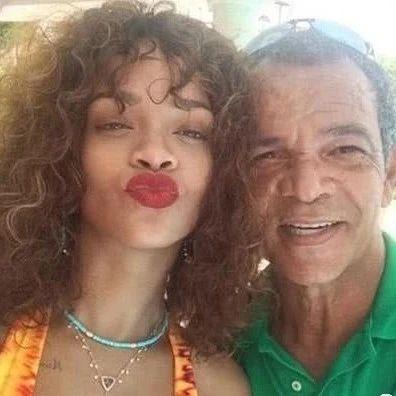 蕾哈娜父亲确诊新冠,她送去一台呼吸机!然而这个爹,一言难尽…