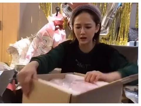 陈乔恩41岁生日,32岁男友为她庆生,看到地上的礼物,网友:酸了