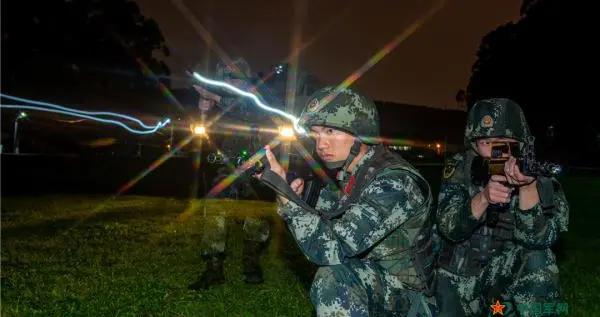 武警官兵夜间反恐演练,场面堪比大片
