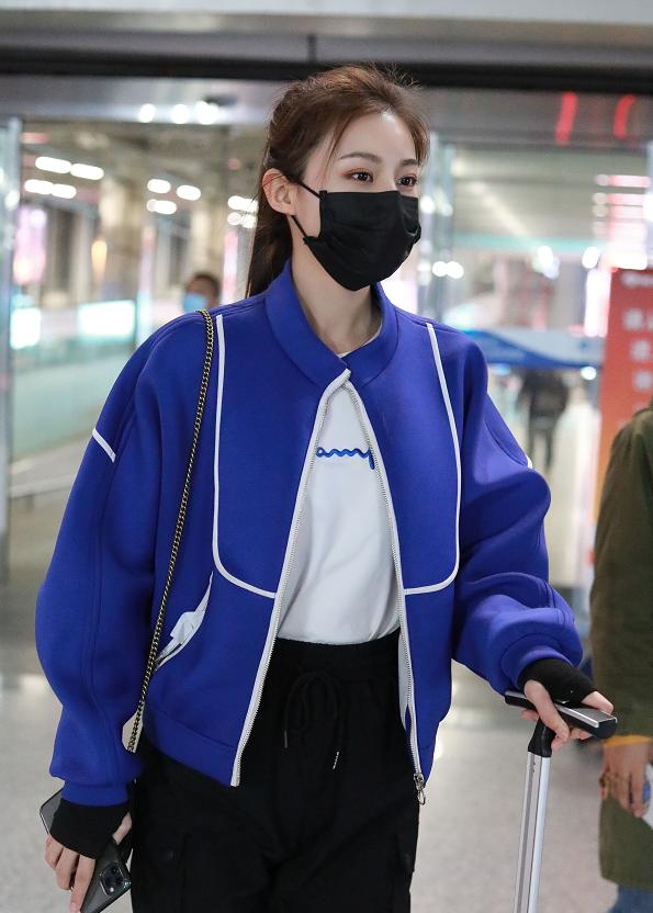 姜星呈身穿宝蓝色外套现身机场,扎高马尾利落清新,元气满满!