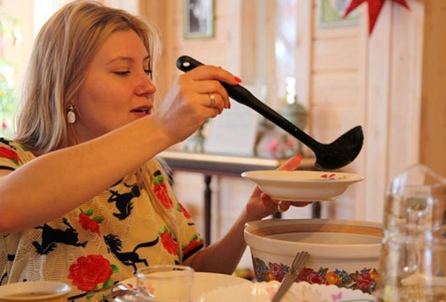 俄罗斯普通家庭的一日三餐,看完终于明白:为啥俄罗斯人彪悍了