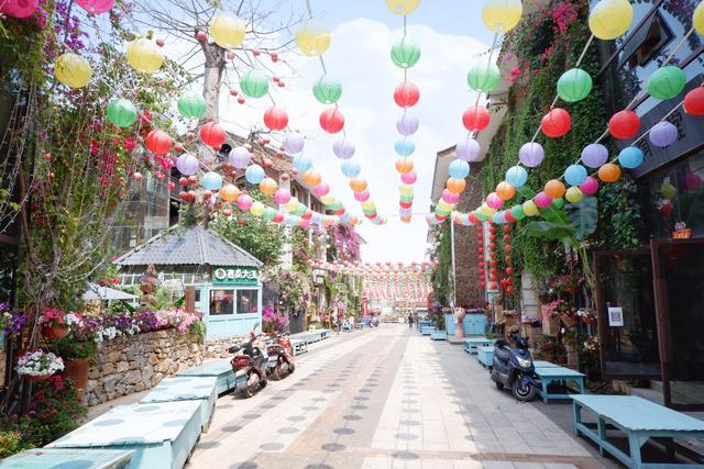 云南最美步行街,用紫陶建成,白天空无一人,晚上却是狂欢