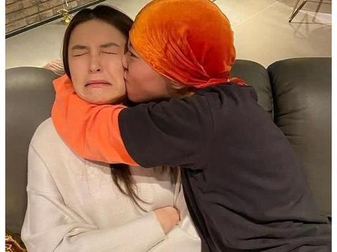 王菲窦唯女儿窦靖童为好友庆生,抱着好友使劲亲吻,好友一脸嫌弃