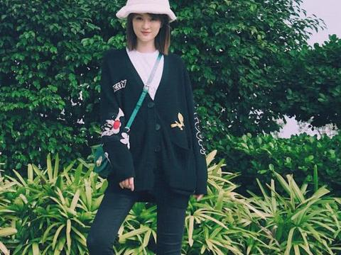 乔欣文艺小清新风真纯,黑色开襟衫搭配瘦腿裤超有范儿,时尚满满