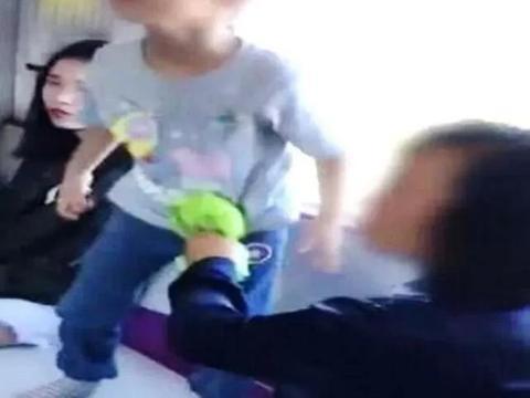 地铁上两个小孩举止天壤之别,好的家教,才是最高级的炫富!