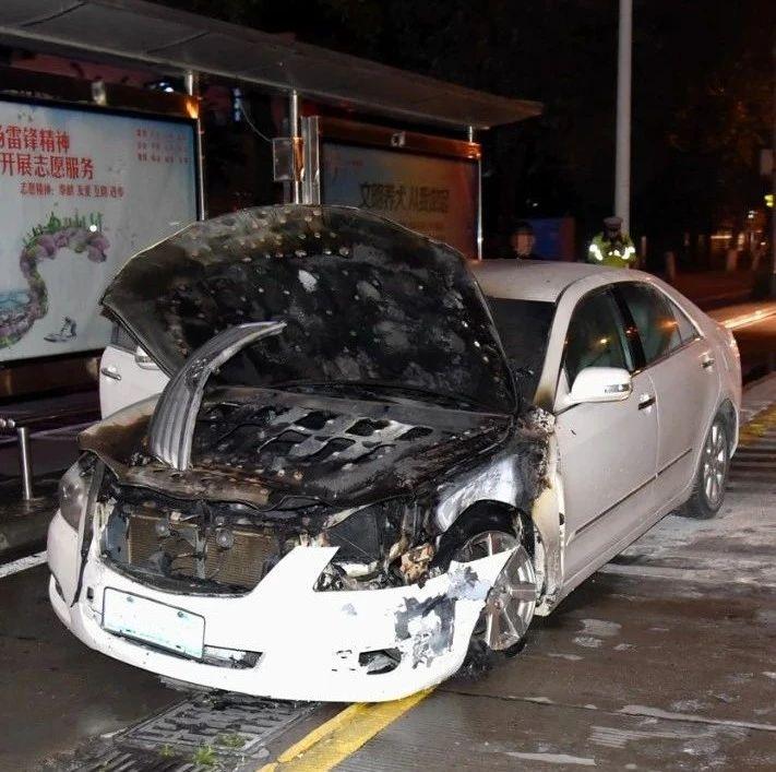 又是借车!柳州街头轿车撞出租车逃逸后车子自燃,隔天投案时他说...