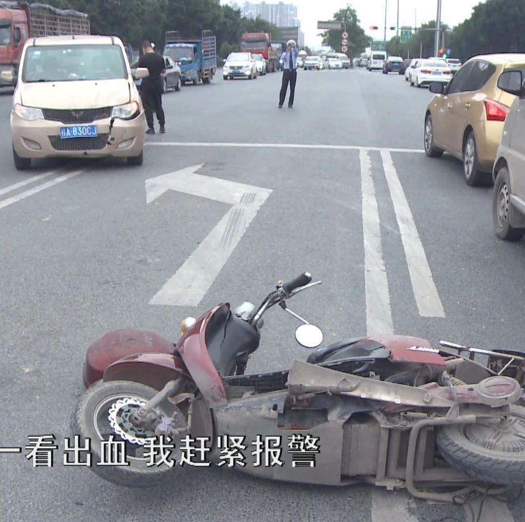 【小黑说交通】信号灯变灯没注意 电动车误闯红灯被撞