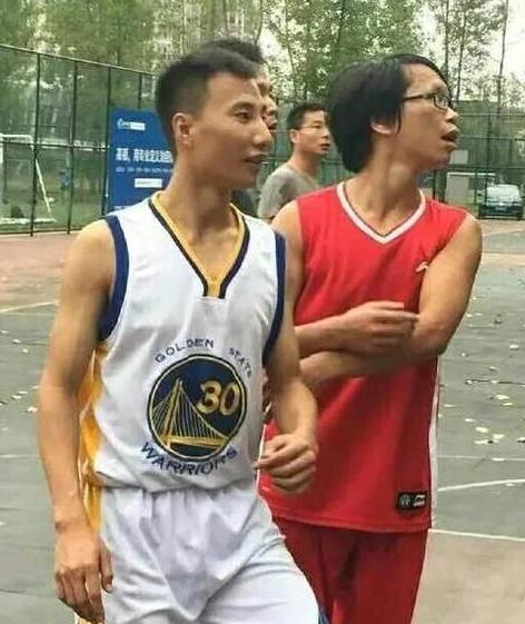 那些以假乱真山寨NBA球星,穿勇士球衣的易建联 变瘦的姚明