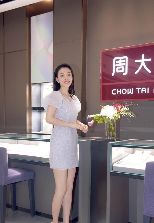 武大校花吴倩,凭借一组樱花写真红遍全网,从而进军娱乐圈