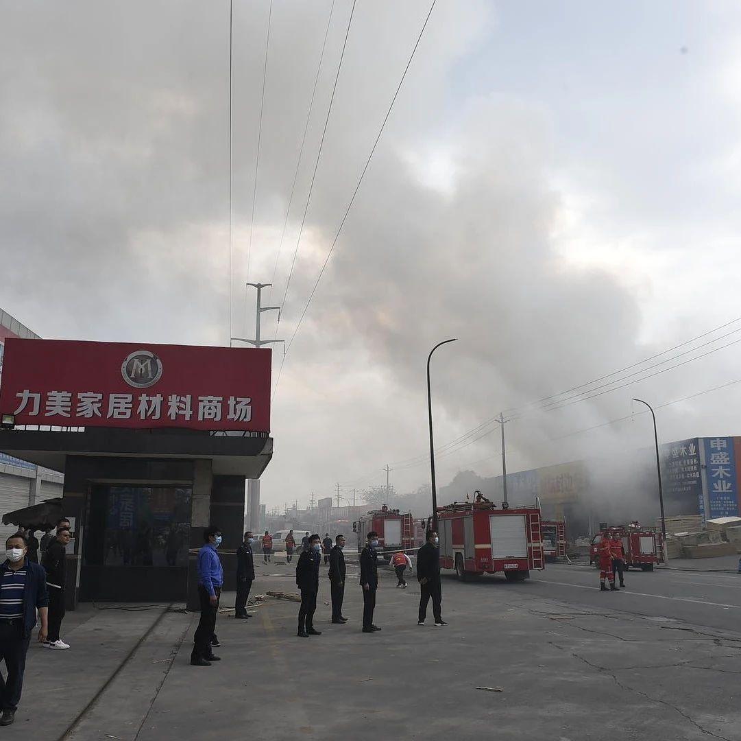 突发!成都新都区一家居材料商场突发火灾,现场浓烟滚滚