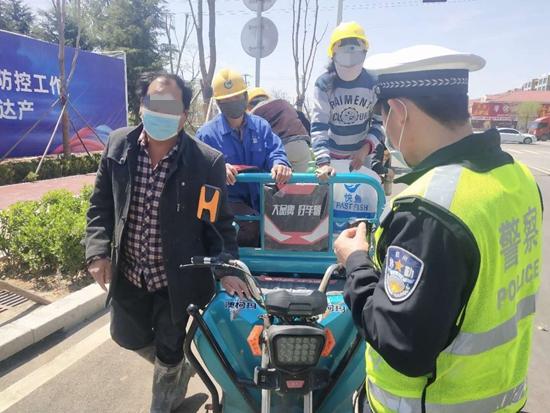电动三轮车违法载人危害大 胶州交警开展专项整