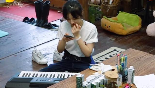 张子枫玩手机意外曝光手机屏幕,当看清内容后:难怪能这么红!