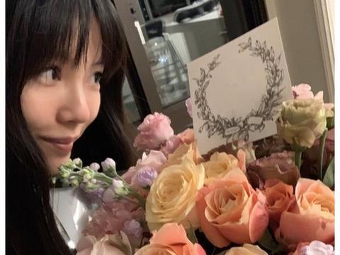 王力宏老婆李靓蕾庆生,和侯佩岑同框比美,不敢信两人竟相差8岁