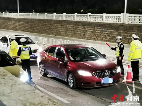 一司机醉酒驾驶昏睡红绿灯路口 许昌市建安区交警大队立案查处