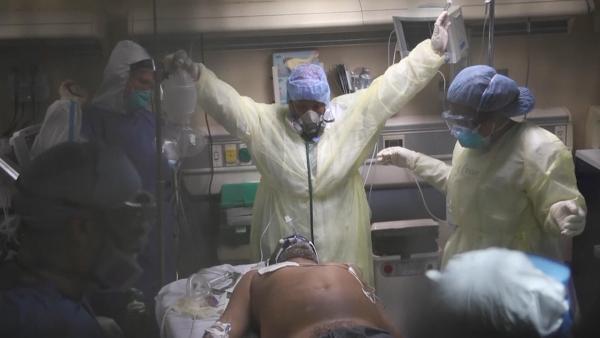 纽约急诊室惨烈实况:9名医护抢救1名男子