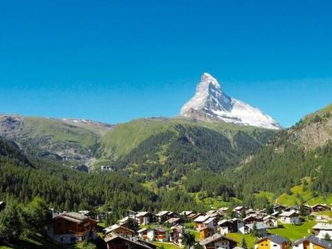 中国援助了100多个国家,五星红旗被投影在瑞士的马特洪峰上
