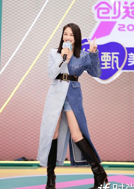 宋茜出席《创造营2020》发布会,拼接牛仔裙搭长靴酷飒有型!