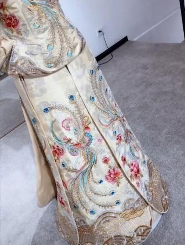 """新娘身穿""""宝石婚纱""""走红,婚纱镶嵌99颗蓝宝石,网友:家里有矿"""