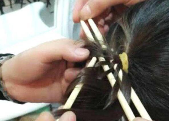女子去理发店做发型, 给理发师许多根筷子, 却尴尬了