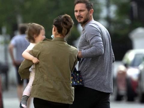 心真大!英国14万确诊,41岁欧冠冠军却带1岁女儿出游,没戴口罩