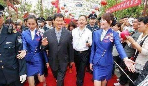 大衣哥、草帽姐、刘大成年收入比拟,这差距真大,网友:唏嘘!