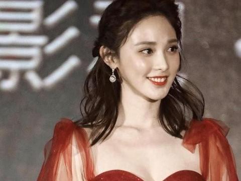 彭小冉又穿红裙,抹胸裙衬得身材凹凸饱满,网友:小枫回来了