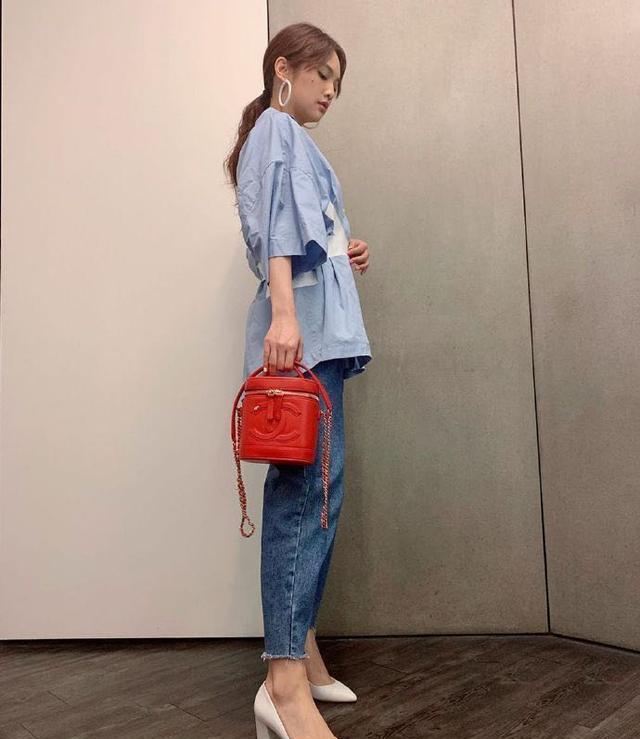 杨丞琳拍片西装配球鞋,气质愈发成熟大气,坐姿颇有女精英气场