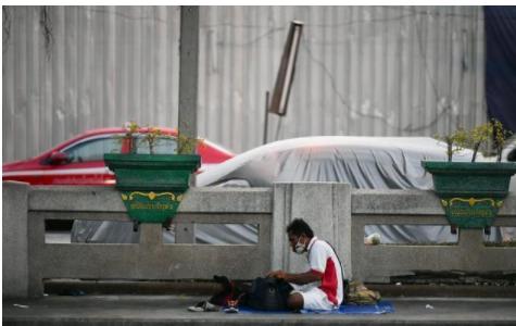 泰国警方逮捕无家可归者,因其违反宵禁政策在街头睡觉