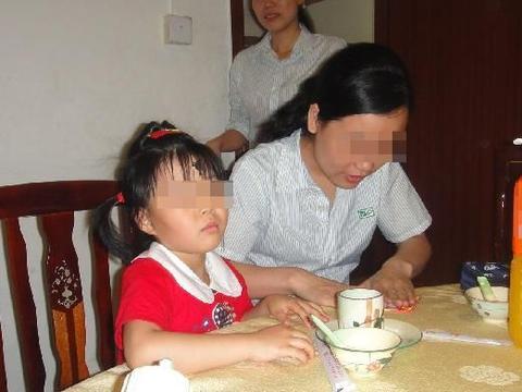 一个人的家教好不好,在饭桌上就能看出来,餐桌礼仪要赶紧教育