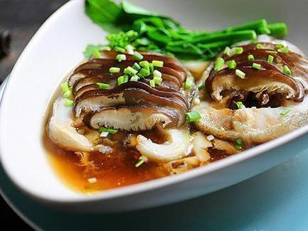 家常菜 蘑菇蒸鳕鱼、香脆竹笋和湖南风味的肥牛肉、剁椒煎蛋和丝瓜