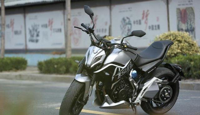 国产单摇臂运动街车摩托,帅气程度不赢高端豪车,400cc双缸动力